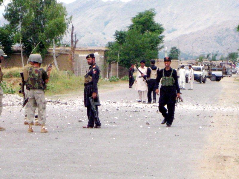 5 Pakistani security men killed in separate bomb, gun attacks
